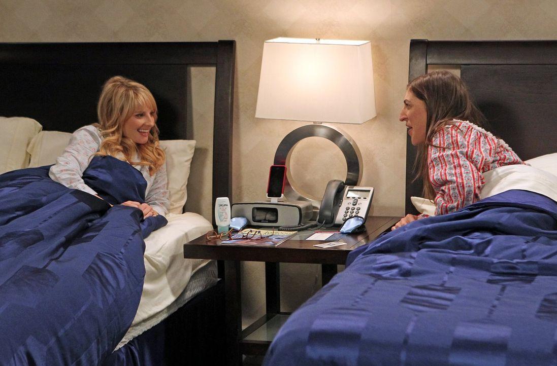 Während Raj versucht, seine Trennung von Lucy zu überwinden, gehen Amy (Mayim Bialik, r.) und Bernadette (Melissa Rauch, l.) gemeinsam auf eine Reis... - Bildquelle: Warner Bros. Television