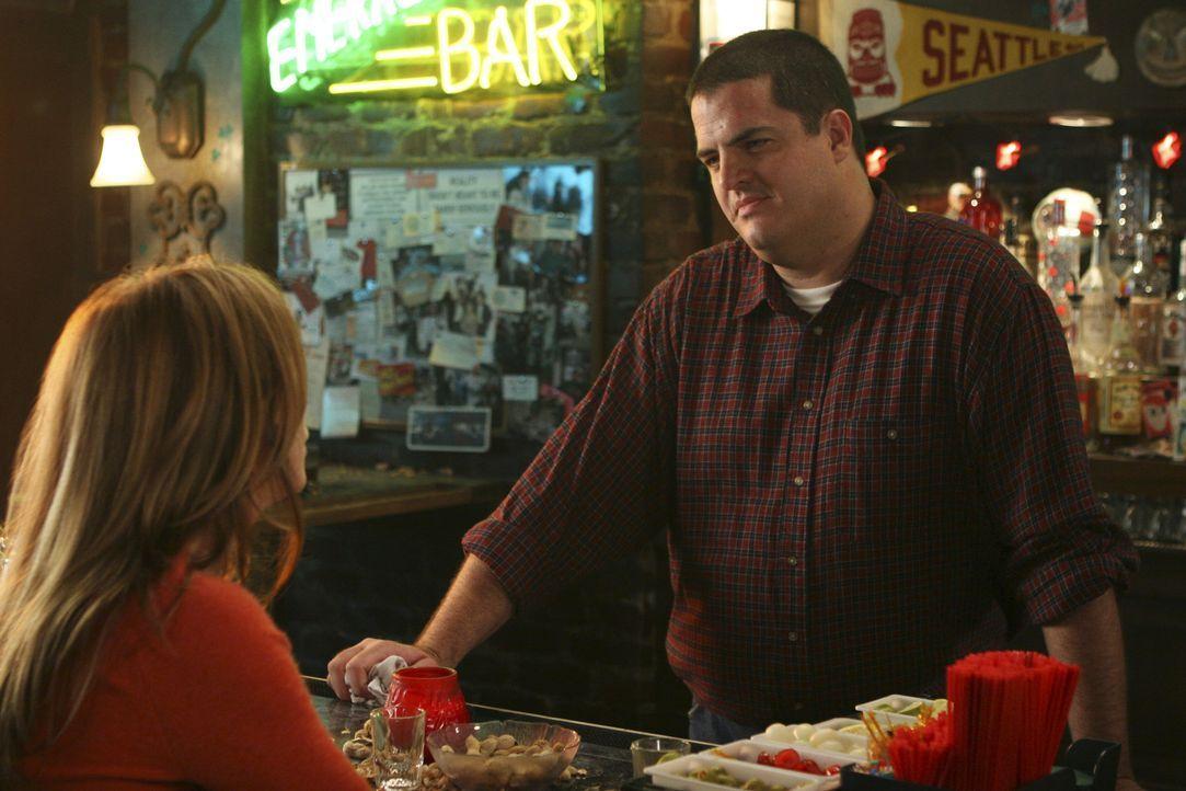 Um sich etwas abzulenken, geht Meredith (Ellen Pompeo, l.) nach der anstrengenden Schicht mit ihren Kollegen in eine Bar ... - Bildquelle: Michael Desmond 2005 ABC Inc. All Rights Reserved. NO ARCHIVING. NO RESALE.