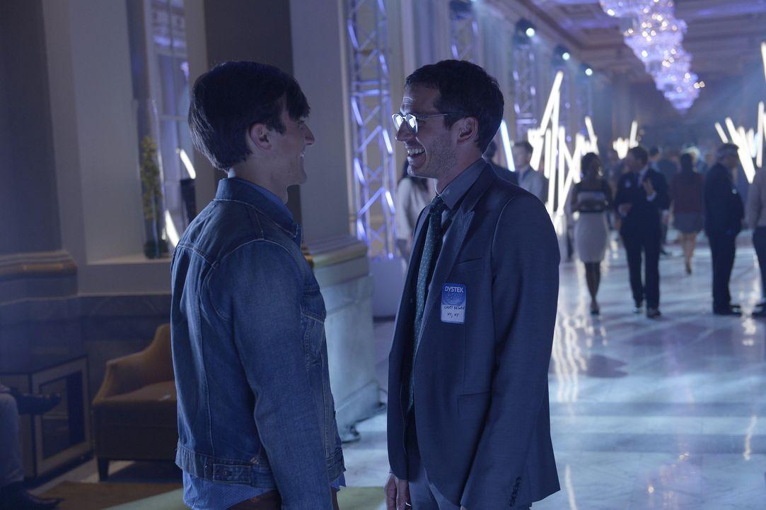 Simon (Tate Ellington, r.) ahnt nicht, dass Elisa ihm und Max (Maxwell Eddy, l.) hinterher spioniert ... - Bildquelle: 2015 ABC Studios