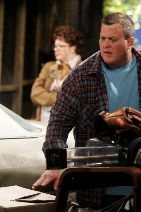 Molly hilft Mike (Billy Gardell, r.) bei seinem Umzug zu ihr und findet haufenweise Zeug, das sie nicht im Haus haben will. Mike versteckt daraufhin... - Bildquelle: Warner Brothers