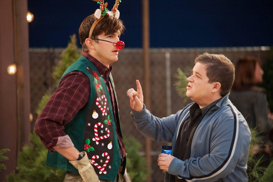 Walden (Ashton Kutcher, l.) muss seine zwei Identitäten unter einen Hut bringen - den reichen Walden und den armen Sam. Doch das fällt ihm gar nicht... - Bildquelle: Warner Brothers Entertainment Inc.