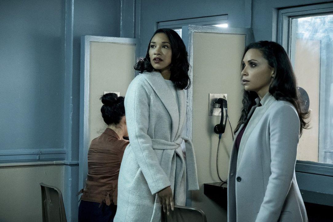 Iris (Candice Patton, l.) und Cecile (Danielle Nicolet) sind geschockt, als sie erfahren, dass Barry angeblich für eine Woche in Isolationshaft sitz... - Bildquelle: 2017 Warner Bros.