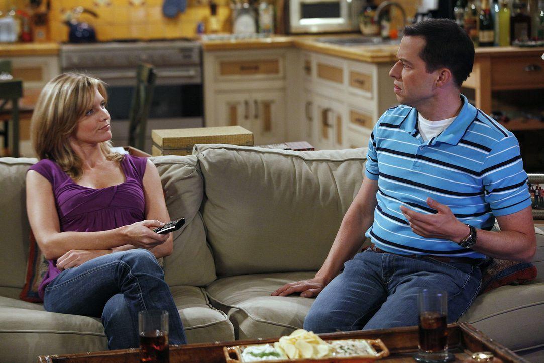 Nachdem Alan (Jon Cryer, r.) das Haus seiner Freundin Lyndsey (Courtney Thorne-Smith, l.) abgefackelt hat, kehren sie gemeinsam zu Charlie zurück,... - Bildquelle: Warner Bros. Television