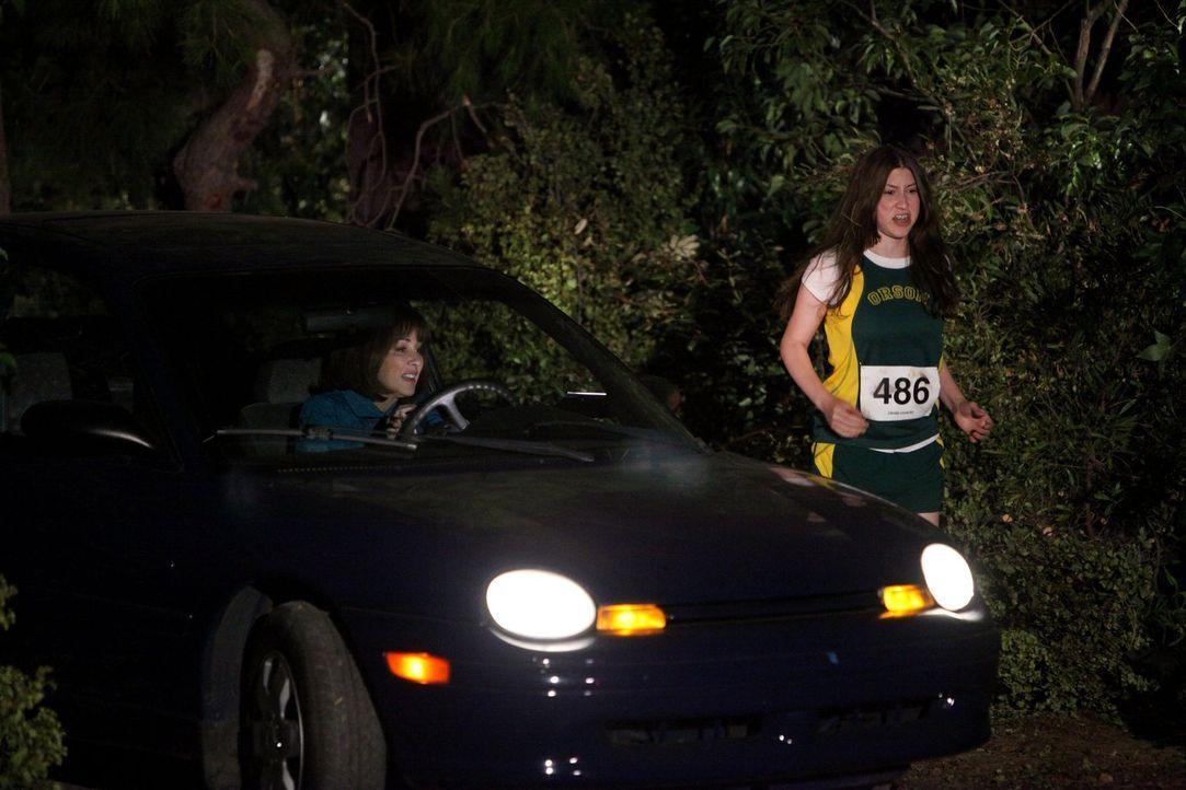 Für Sue (Eden Sher, r.) steht ihr erster Langstreckenlauf an, doch der fällt leider auf den gleichen Termin wie Axls Homecoming-Spiel. Nun müssen si... - Bildquelle: Warner Brothers