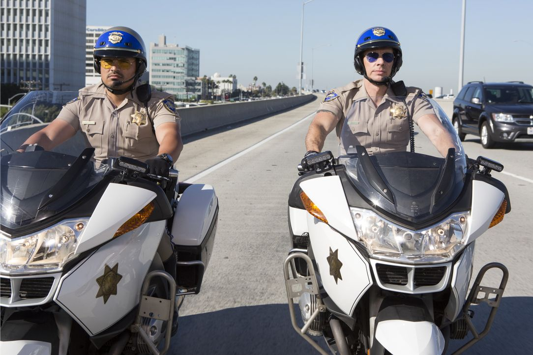 "Frank ""Ponch"" Poncherello (Michael Peña, l.); Jon Baker (Dax Shepard, r.) - Bildquelle: Warner Bros."