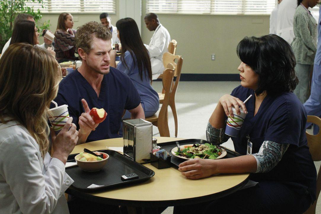 Während Mark (Eric Dane, M.) Arizona (Jessica Capshaw, l.) und Callie (Sara Ramirez, r.) klar macht, dass er seine künftige Vaterrolle sehr ernst... - Bildquelle: ABC Studios