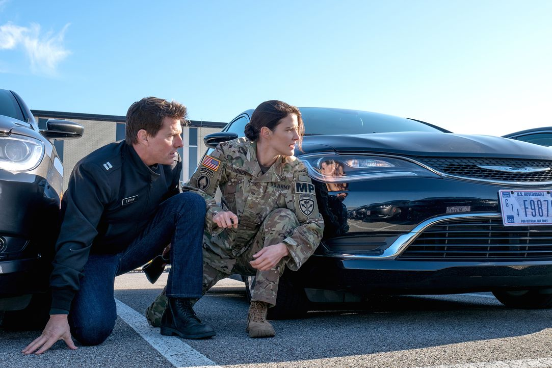 Als sich der ehemalige Militärpolizist Jack Reacher (Tom Cruise, l.) in Virginia mit seiner Nachfolgerin Major Susan Turner (Cobie Smulders, r.) tre... - Bildquelle: Chiabella James 2016 PARAMOUNT PICTURES.  ALL RIGHTS RESERVED. / Chiabella James