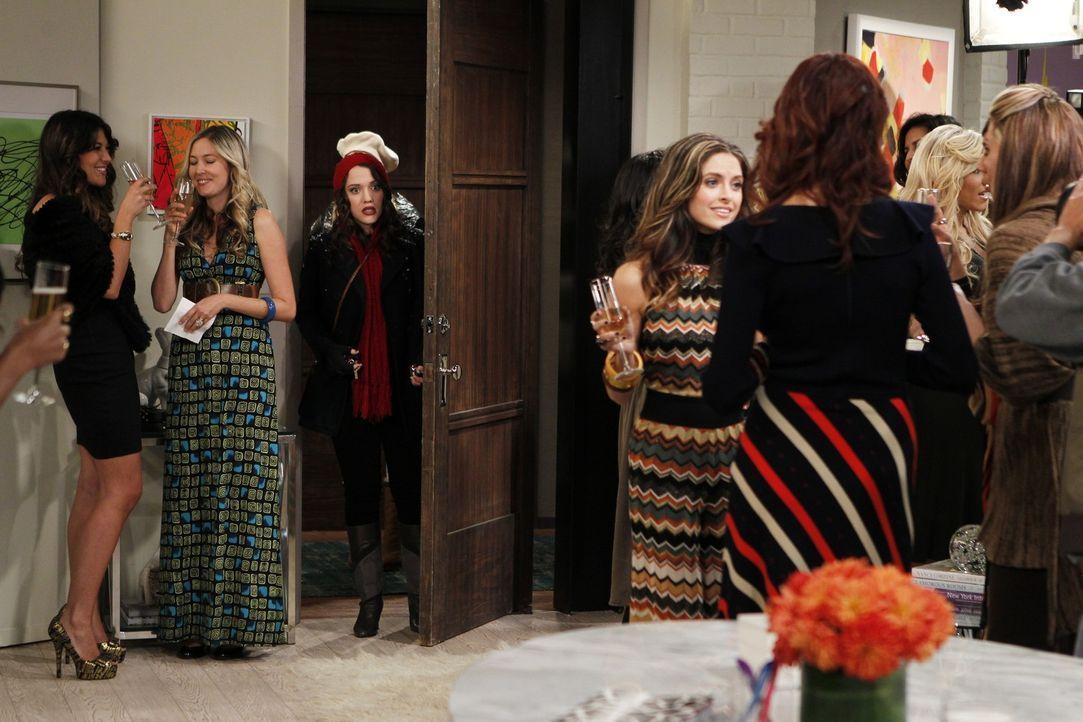 Party bei Peaches (Brooke Lyons, M.): Inmitten der reichen Society-Ladies wollen die Mädchen Caroline (Beth Behrs) und Max (Kat Dennings, hinten) v... - Bildquelle: Warner Brothers