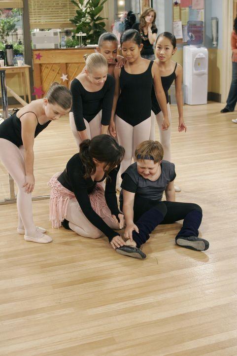 Mia (Emmanuelle Vaugier, vorne l.) ist besorgt, da sich Jake (Angus T. Jones, vorne r.) während des Ballettunterrichts am Fuß verletzt hat ... - Bildquelle: Warner Brothers Entertainment Inc.