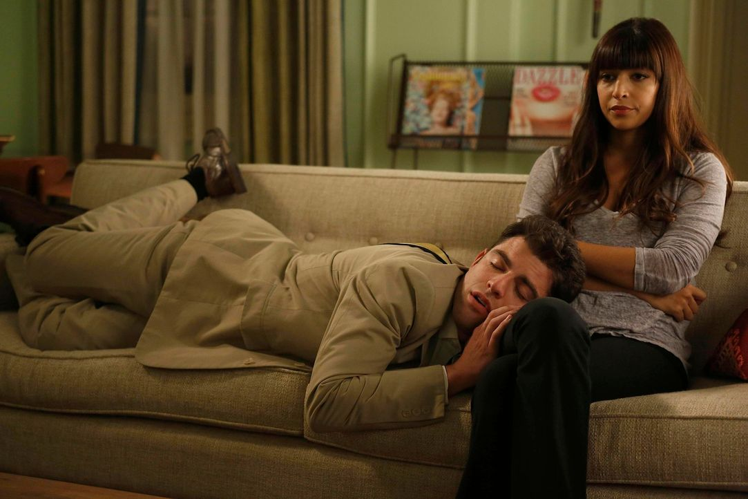 Schmidt (Max Greenfield, l.) ist hin und her gerissen, ob er eine sexuelle Beziehung mit Emma eingehen soll oder versuchen soll Cece (Hannah Simone,... - Bildquelle: 2012 Twentieth Century Fox Film Corporation. All rights reserved.