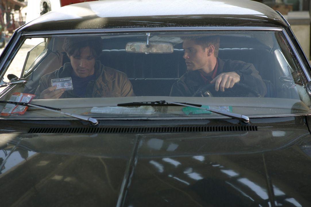 Nachdem ihr Vater auf mysteriöse Weise verschwunden ist, machen sich Dean (Jensen Ackles, r.) und Sam (Jared Padalecki, l.) Winchester auf die Such... - Bildquelle: Warner Bros. Television