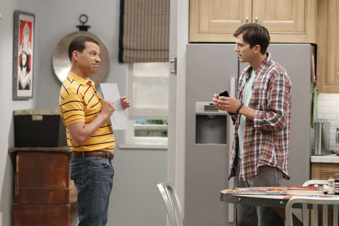 Walden (Ashton Kutcher, r.) ist etwas irritiert, als er erfährt, dass Alan (Jon Cryer, l.) einen Assistenten sucht ... - Bildquelle: Warner Brothers
