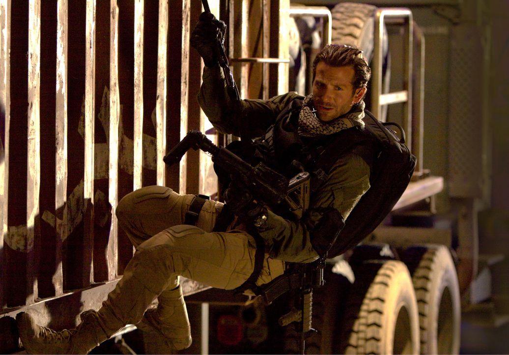 Schwere Waffen, ein spektakuläres Manöver und jede Menge Action: Face (Bradley Cooper) ist genau in seinem Element ... - Bildquelle: TM and   2010 Twentieth Century Fox Film Corporation. All rights reserved. Not for sale or duplication.