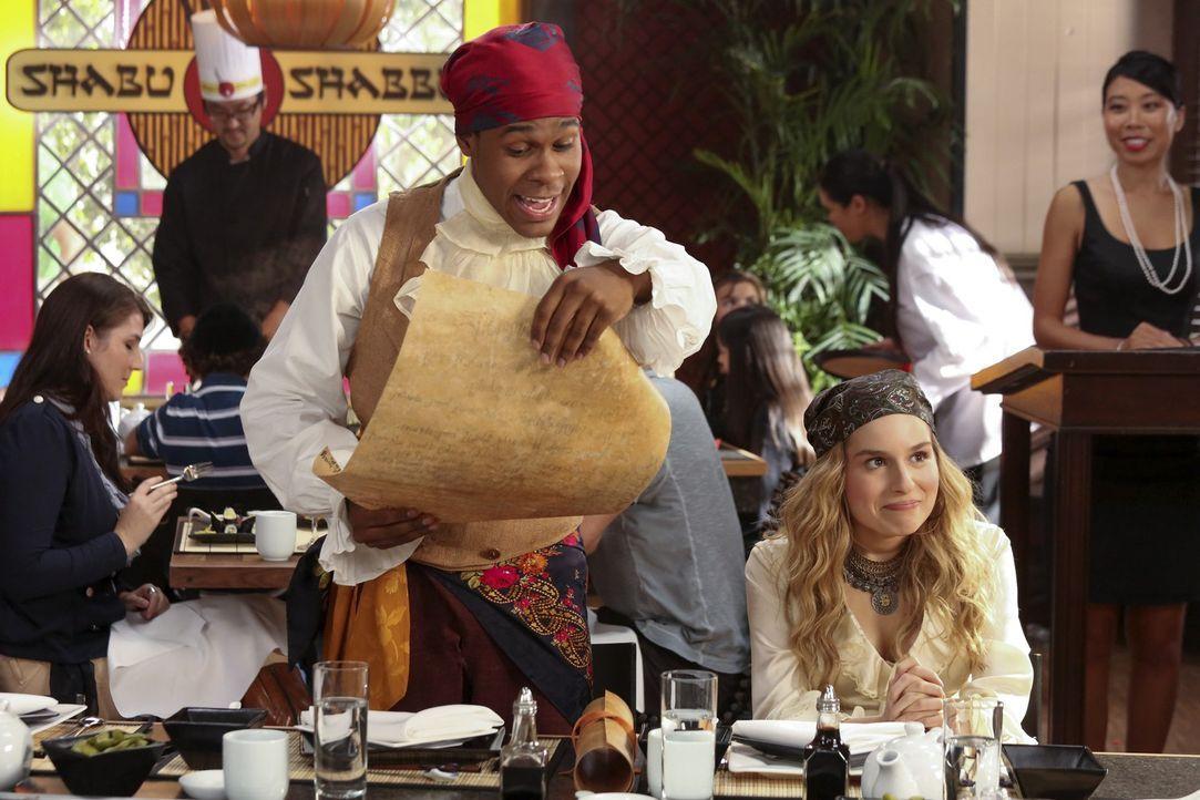 Gemeinsam mit Tessa nehmen Malik (Maestro Harrell, l.) und Lisa (Allie Grant, r.) die Einladung von Evan an ... - Bildquelle: Warner Bros. Television