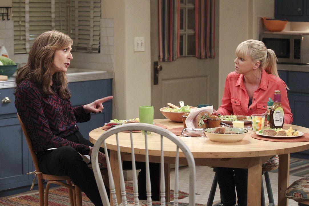 Bonnies (Allison Janney, l.) Griff zu den Schmerzmitteln enttäuscht Christy (Anna Faris, r.) zutiefst ... - Bildquelle: Warner Bros. Television