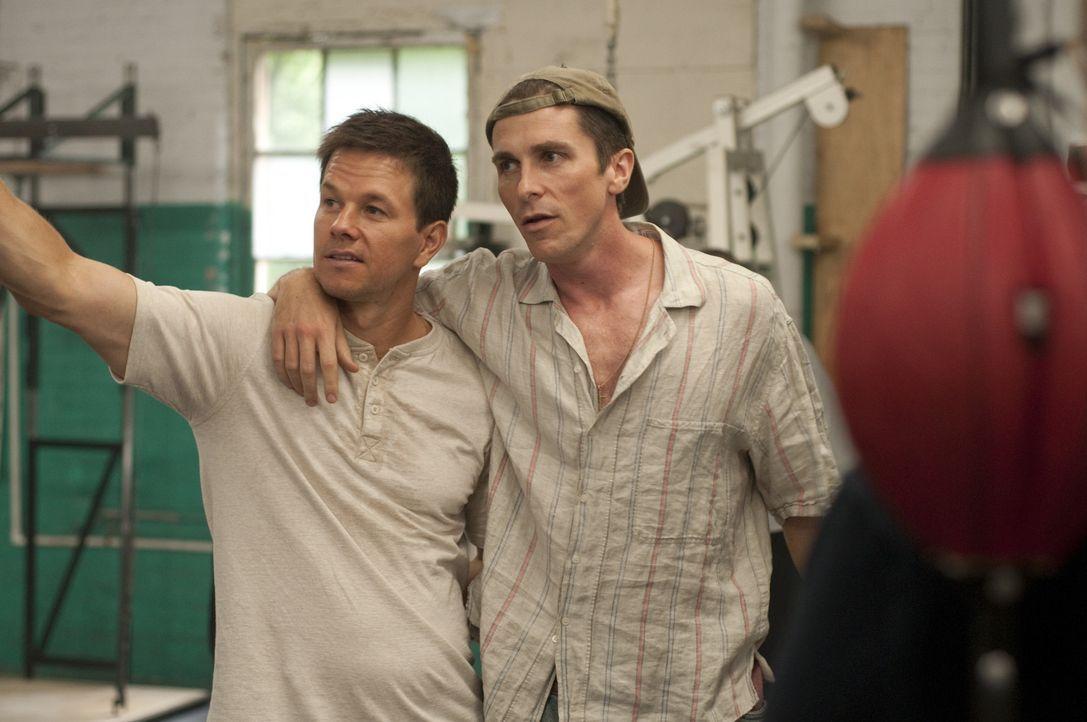 Zwei Brüder, zwei Boxer: Micky Ward (Mark Wahlberg, l.) und Dicky Eklund (Christian Bale, r.). Dicky, der ältere der beiden, hat seine besten Zeit... - Bildquelle: 2010 Fighter, LLC All Rights Reserved