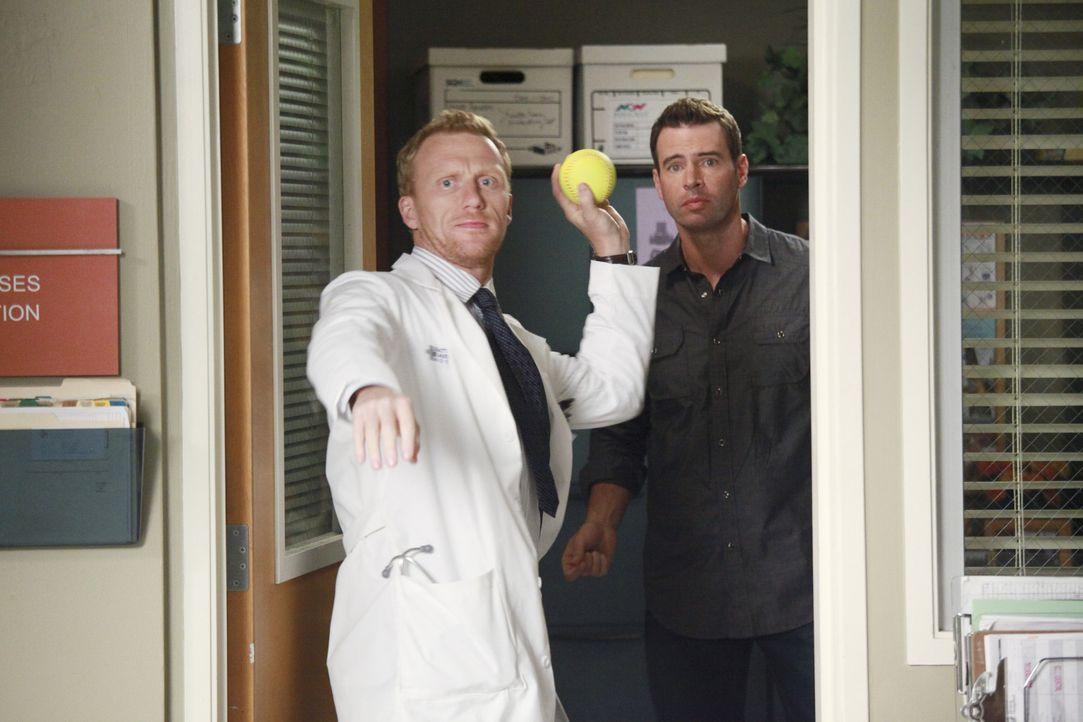 Gemeinsam wollen sie die Ärzte für das bevorstehende Baseball-Match vorbereiten: Henry (Scott Foley, r.) und Owen (Kevin McKidd, l.) ... - Bildquelle: ABC Studios