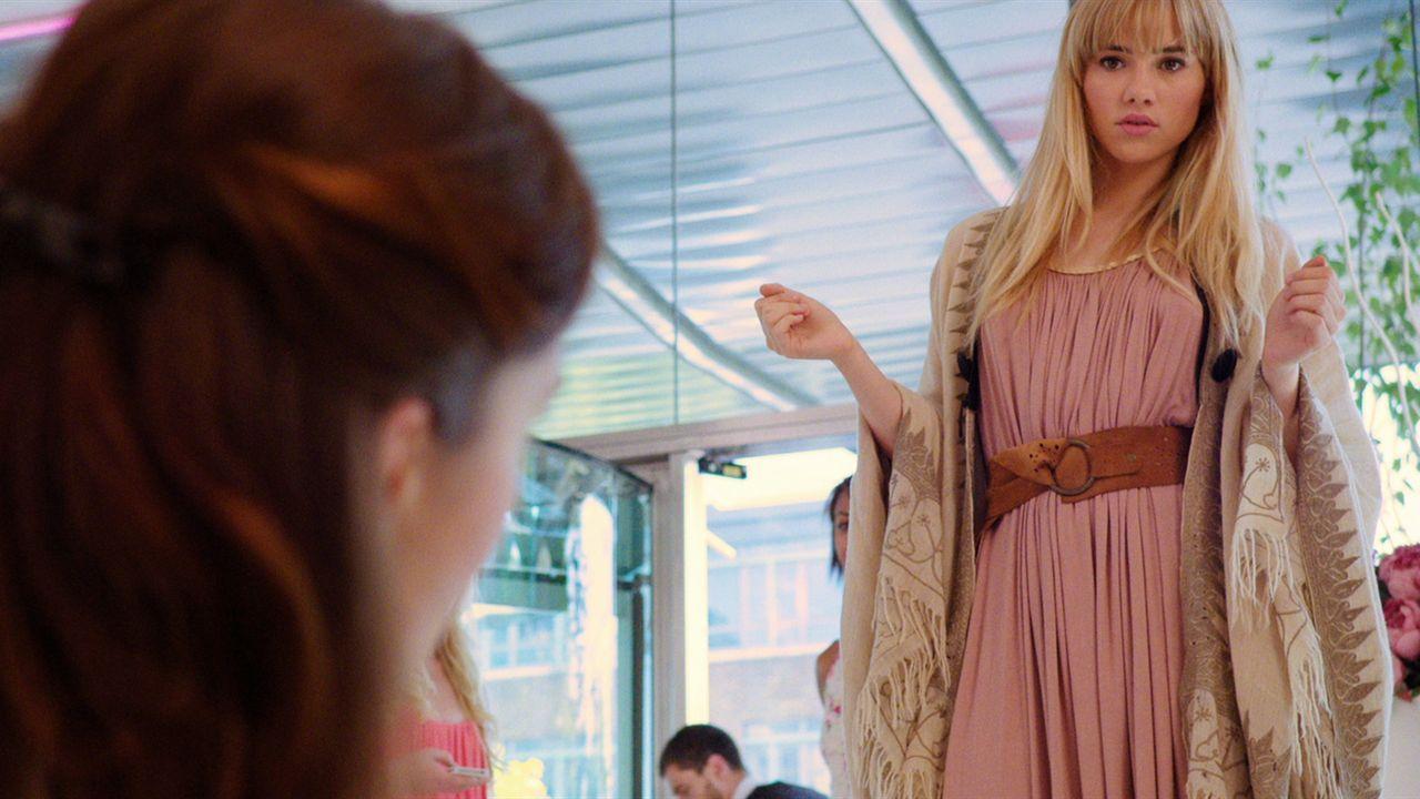 Auch nach Jahren hat sich Bethany (Suki Waterhouse) keinen Meter verändert, als Rosie ihr wieder begegnet. Zu doof nur, dass Alex immer noch eine Sc... - Bildquelle: Constantin Film Verleih GmbH
