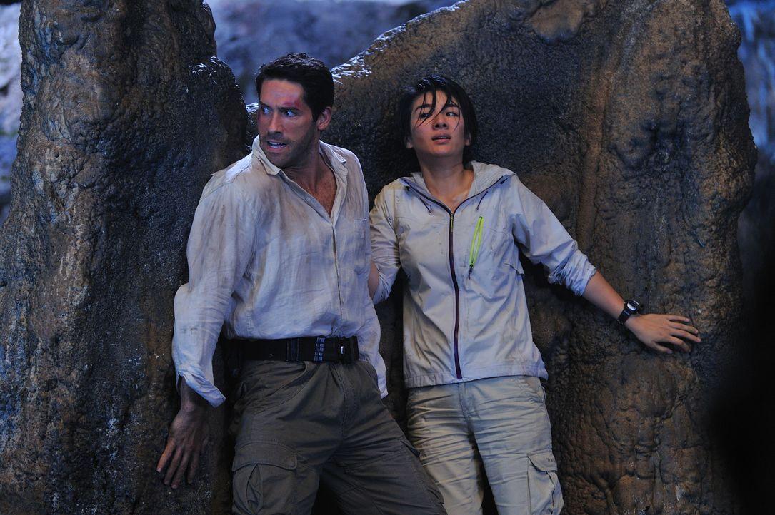 Die Zoologen Travis Preston (Scott Adkins, l.) und Dr. Lan Zeng (Yi Huang, r.) sollen einen Drachen einfangen, obwohl noch nicht klar ist, ob dieser...