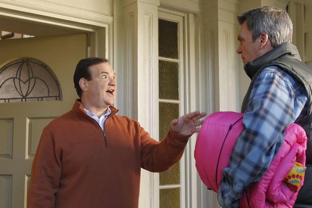 Als Mike (Neil Flynn, r.) erfährt, dass Sues neue Freundin sie nur ausnutzt, konfrontiert er deren Vater Steve (Kevin Carolan, l.) ... - Bildquelle: Warner Brothers