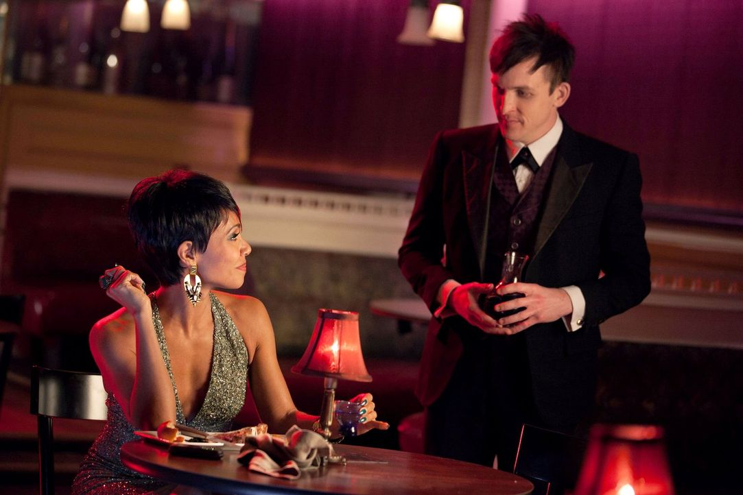 "Haben Fish Mooney (Jada Pinkett Smith, l.) und Oswald ""Penguin"" Cobblepot (Robin Lord Taylor, r.) etwas mit dem Mord an Thomas und Martha Wayne zu t... - Bildquelle: Warner Bros. Entertainment, Inc."