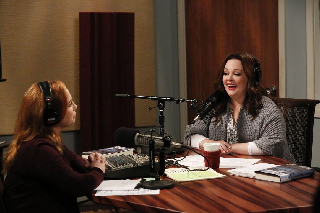 Die Radiomoderatorin Allison (Jessica Chaffin, l.) möchte mit Molly (Melissa McCarthy, r.) und Peggy über ihr gemeinsames Buch sprechen. Als Peggy s... - Bildquelle: Warner Brothers