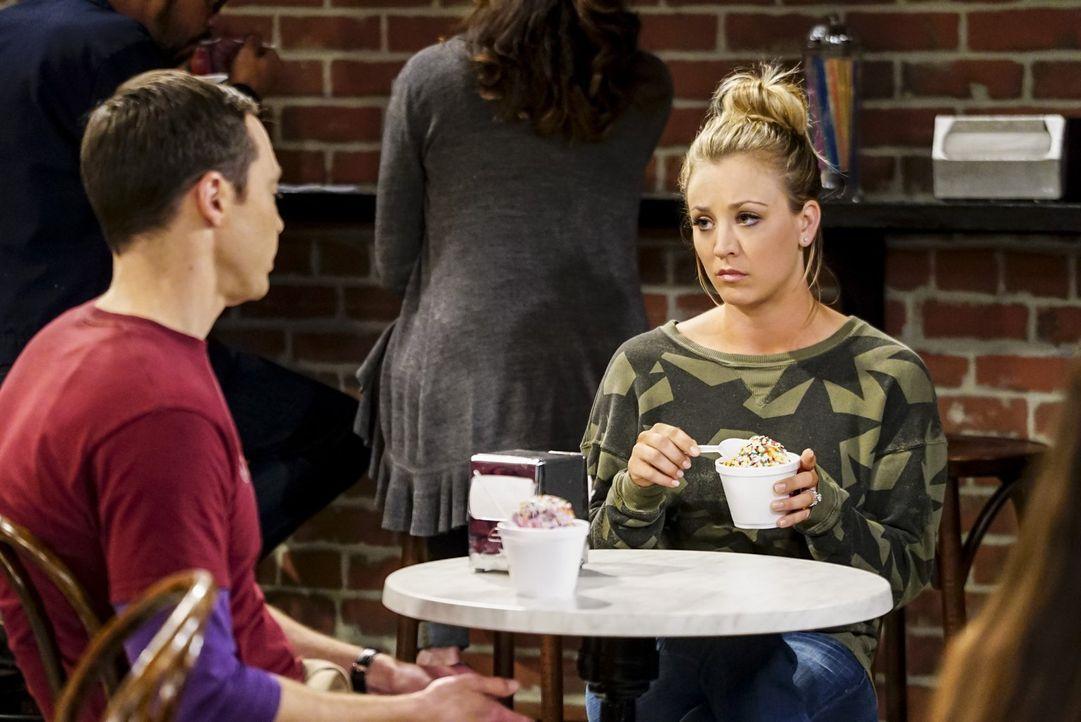 Penny (Kaley Cuoco, r.) versucht Sheldon (Jim Parsons, l.) ins Gewissen zu reden, damit der bloß nicht wieder bei ihr und Leonard einzieht ... - Bildquelle: 2016 Warner Brothers