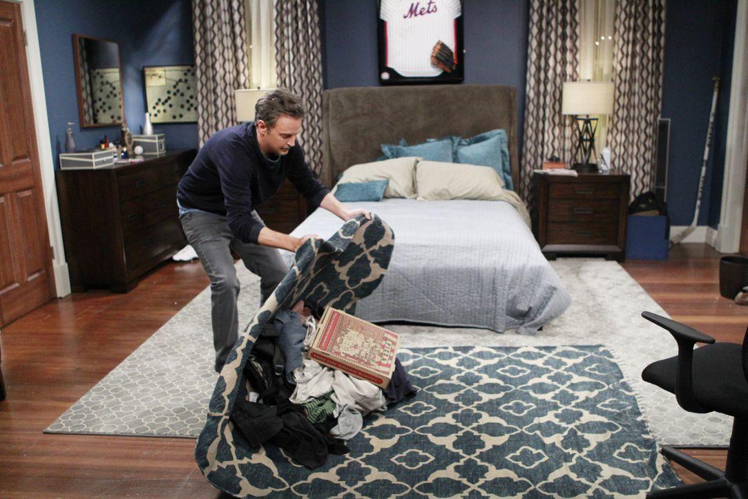 Für sein Date mit Felix' Ärztin, Sharon, räumt Oscar (Matthew Perry) sein Schlafzimmer gründlich auf ... - Bildquelle: Sonja Flemming 2014 CBS Broadcasting, Inc. All Rights Reserved