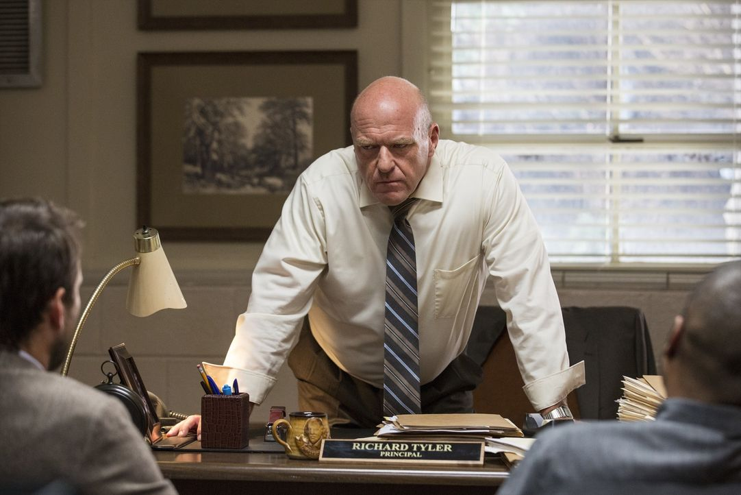 Principal Tyler (Dean Norris) - Bildquelle: 2017 Warner Bros. Entertainment Inc., Village Roadshow Films North America Inc. and RatPac-Dune Entertainment LLC. All rights reserved.
