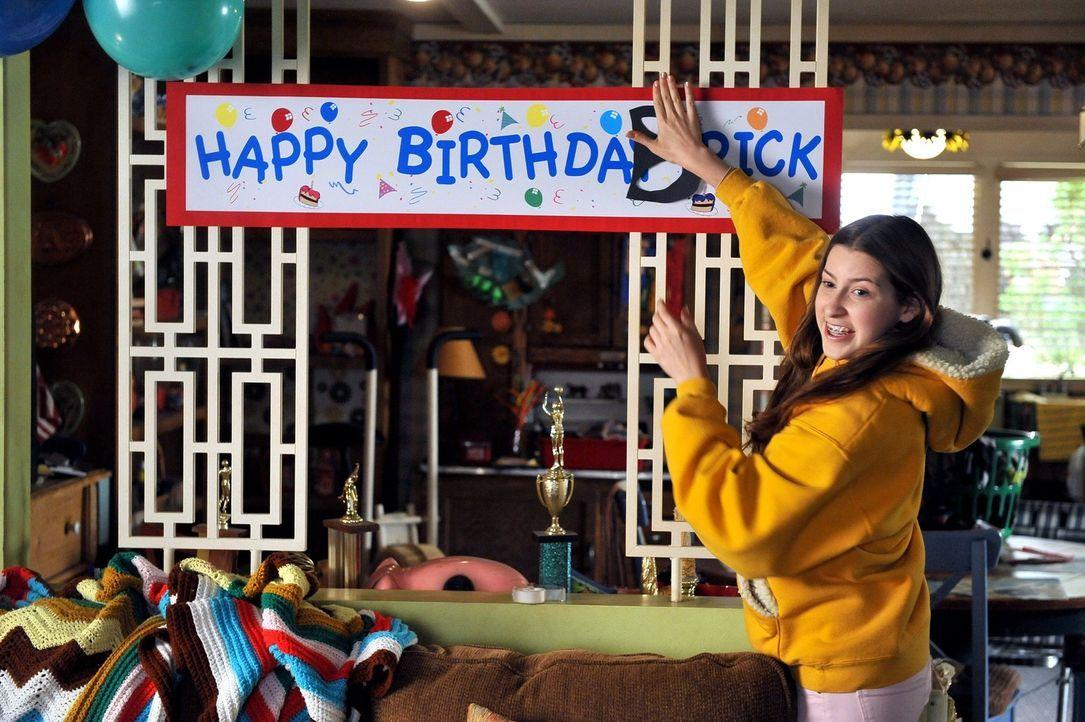 Als Brick spontan seine ganze Schulklasse zu seinem Geburtstag einlädt, sind Sue (Eden Sher) und der Rest der Familie gefragt, um kurzfristig noch e... - Bildquelle: Warner Brothers