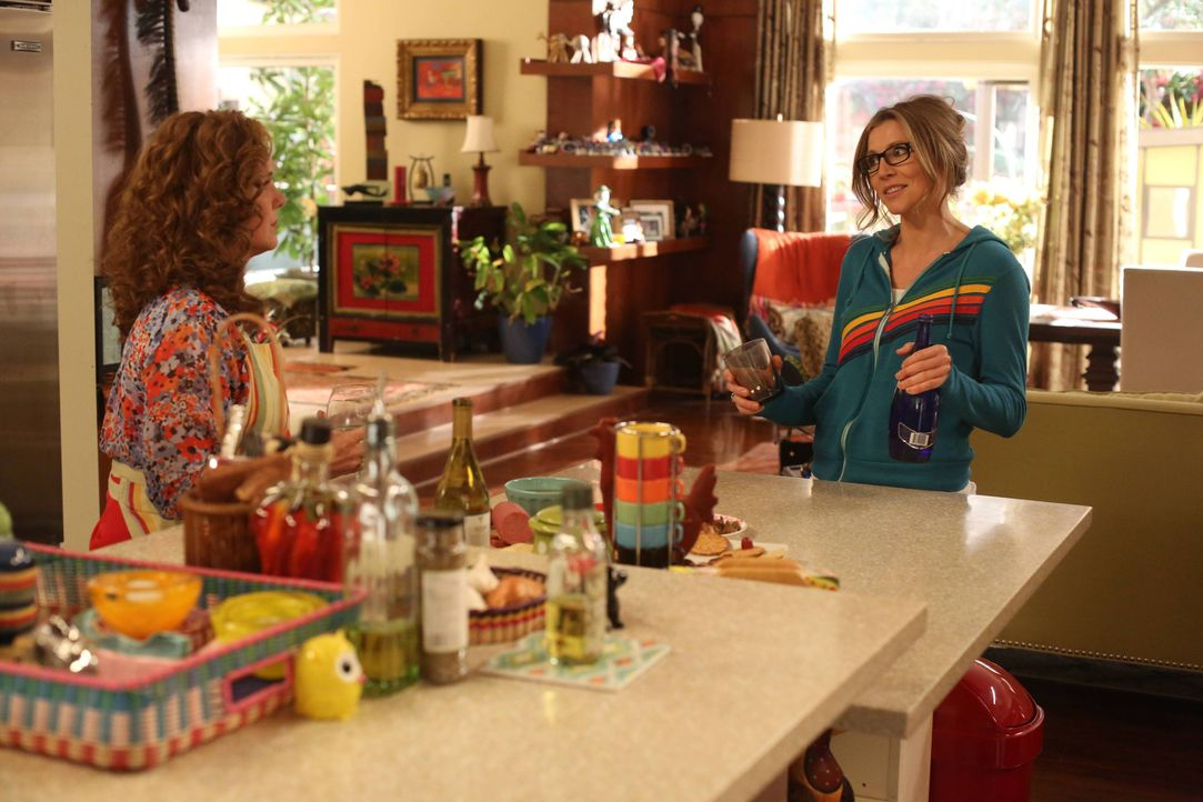 Während Polly (Sarah Chalke, r.) sich um die Zukunft ihrer Tochter sorgt, muss Elaine (Elizabeth Perkins, l.) erkennen, dass ihr Mann ihr keine groß... - Bildquelle: 2013 American Broadcasting Companies. All rights reserved.
