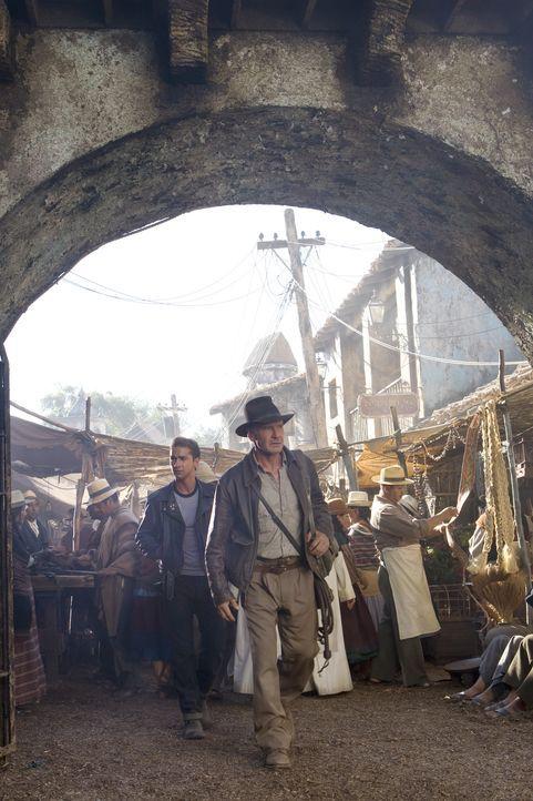 Indiana Jones (Harrison Ford, r.) und Mutt (Shia LaBeouf, l.) versuchen, den von der Russin Irina Spalko entführten Professor Ox zu retten und das... - Bildquelle: Lucasfilm Ltd. & TM. All Rights Reserved