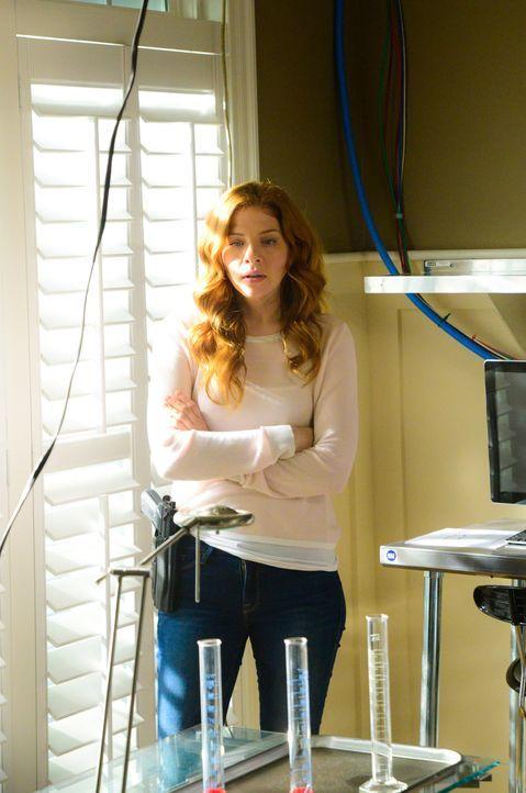 Julia (Rachelle LeFevre) muss ausgerechnet mit Big Jim zusammenarbeiten, um endlich Antworten zu erhalten ... - Bildquelle: Brownie Harris 2015 CBS Studios Inc.