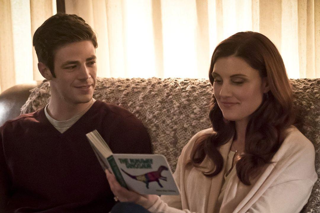 Barry (Grant Gustin, l.) wacht, nachdem ihr Experiment schiefgelaufen ist, in seinem alten Kinderzimmer auf und trifft dort auf seine Mutter Nora (M... - Bildquelle: Warner Bros. Entertainment, Inc.