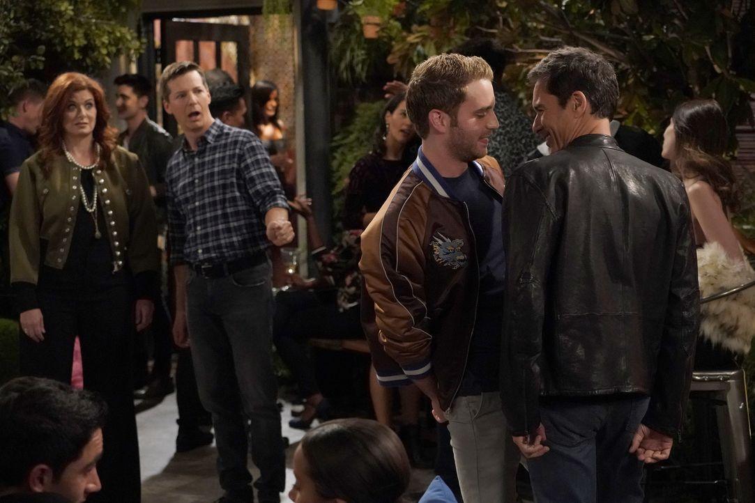 Grace (Debra Messing, l.) und Jake (Sean Hayes, 2.v.l.) sind geschockt, dass Will (Eric McCormack, r.) bei dem Mittzwanziger Blake (Ben Platt, 2.v.r... - Bildquelle: Chris Haston 2017 NBCUniversal Media, LLC