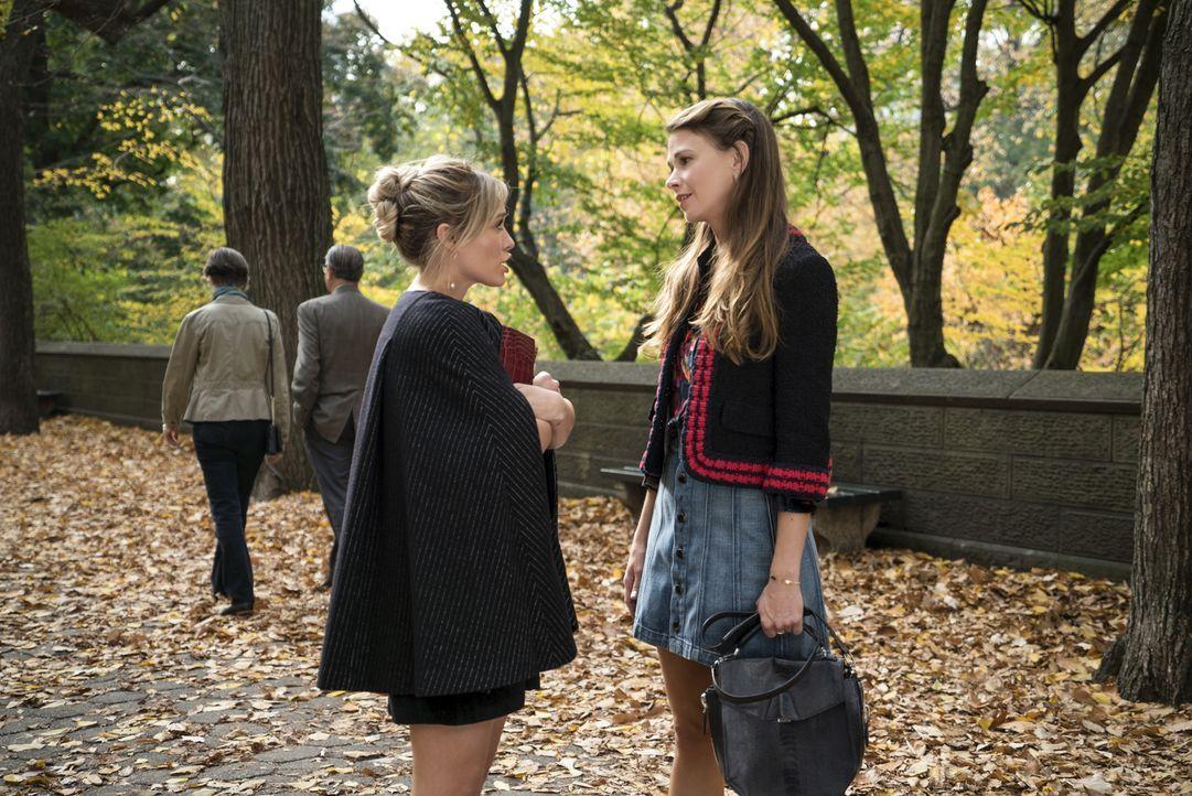 Kelsey (Hilary Duff, l.) und Liza (Sutton Foster, r.) versuchen eine Autorin von sich zu überzeugen, die sich auf die Analyse von Mitzwanzigern spez... - Bildquelle: Hudson Street Productions Inc 2016