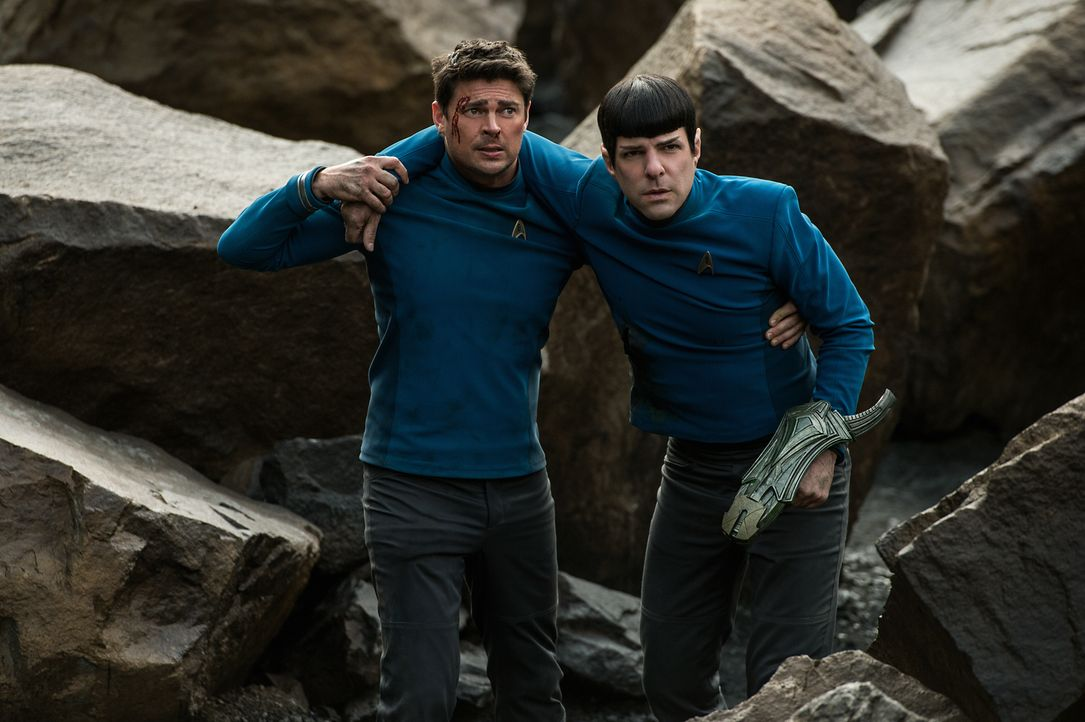 Müssen auf einem fremden Planeten gegen einen bisher unbekannten Feind ums Überleben kämpfen: Doc Bones (Karl Urban, l.) und Spock (Zachary Quinto,... - Bildquelle: Kimberley French 2016 Paramount Pictures. STAR TREK and related marks and logos are trademarks of CBS Studios Inc.