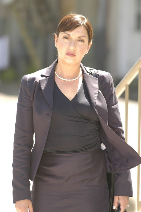 Die überaus erfolgreiche Zahnärztin Clara Harris (Elizabeth Pena) reicht sich auf schreckliche Weise an ihrem Mann ... - Bildquelle: 2004 Sony Pictures Television Inc. All Rights Reserved.