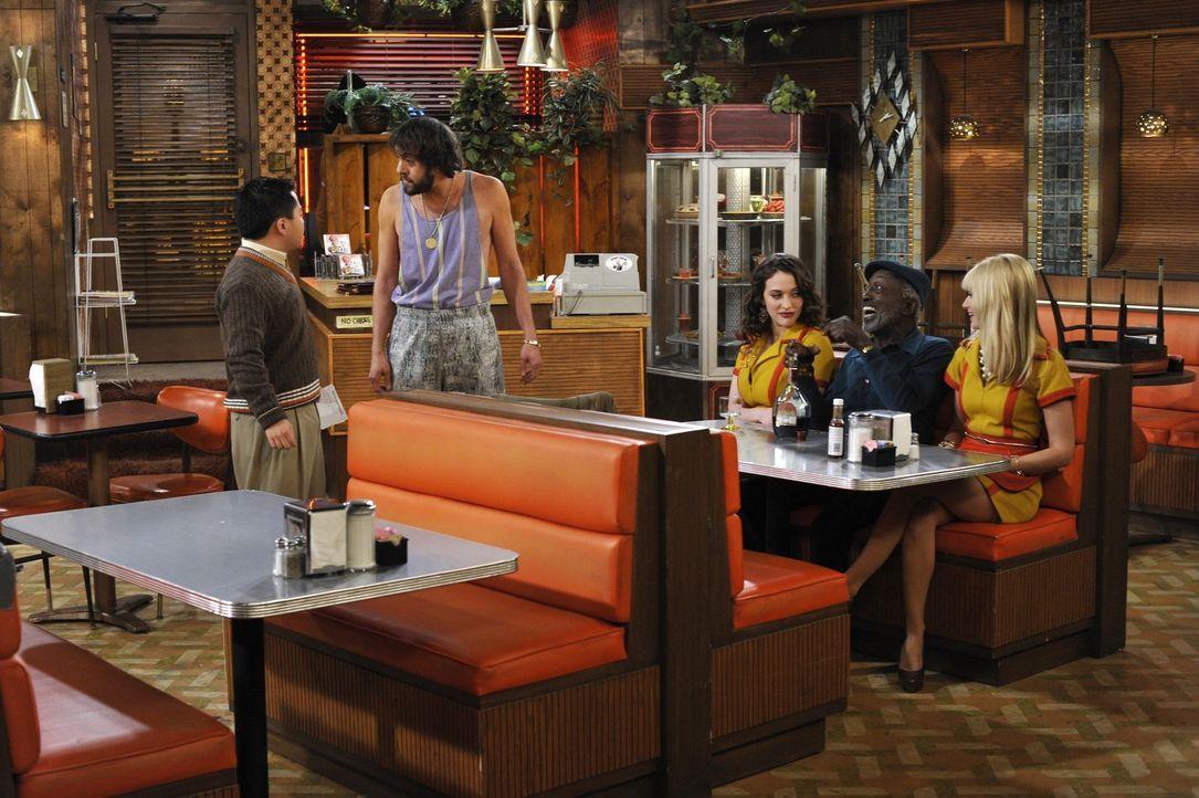 Erstes und gleichzeitig letztes Mitarbeiter-Meeting? Restaurantbesitzer Han (Matthew Moy, l.) schafft es nicht, seine Mitarbeiter unter Kontrolle zu... - Bildquelle: Warner Brothers