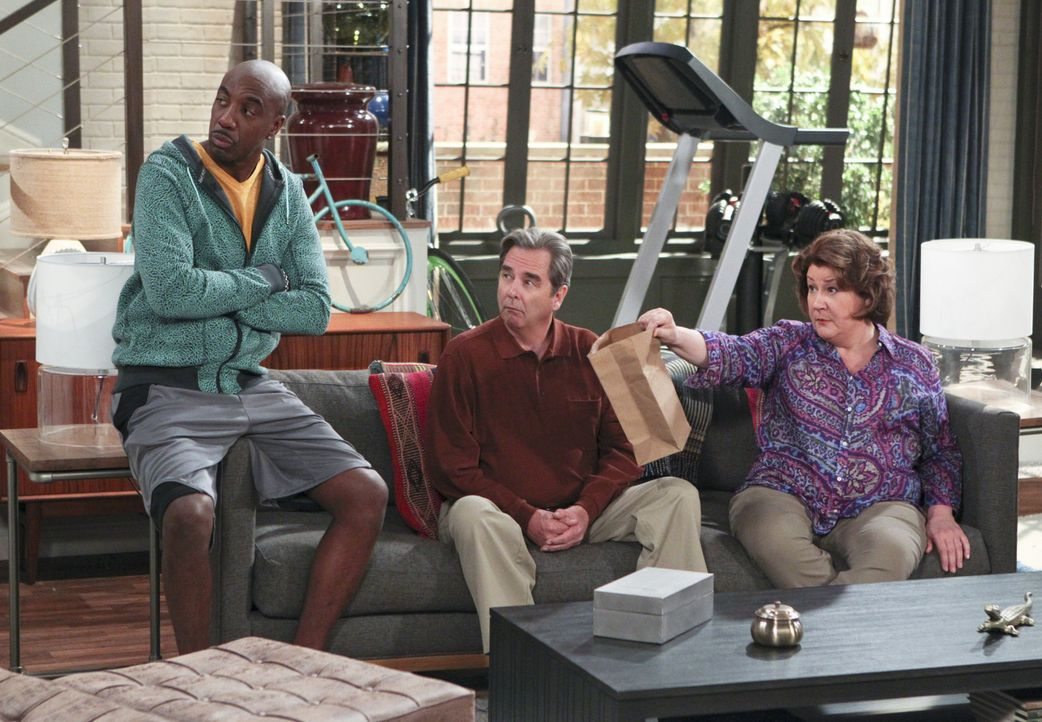 Wollen über Bienchen und Blümchen mit Nathan reden: Ray (J.B. Smoove, l.) ist derselben Meinung wie Tom (Beau Bridges, M.) und Carol (Margo Martin... - Bildquelle: 2013 CBS Broadcasting, Inc. All Rights Reserved.