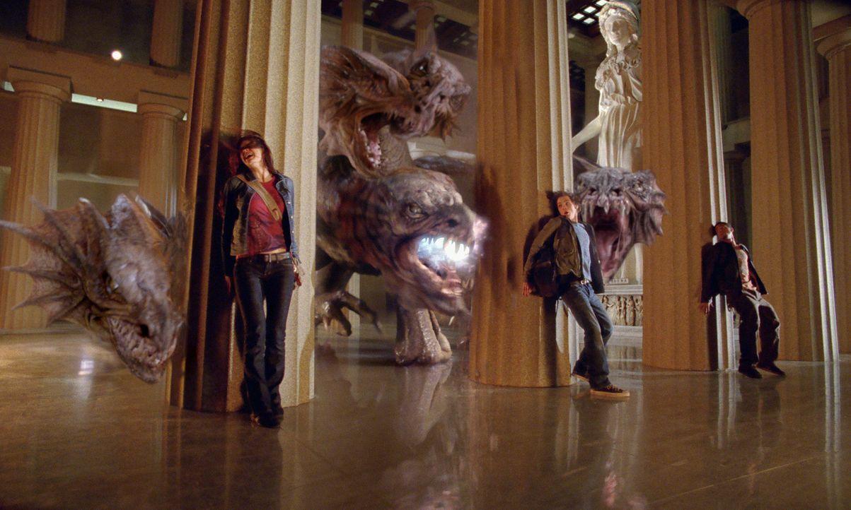 Im Visier der Hydra und ihren neun Köpfen: Percy (Logan Lerman, M.), Grover (Brandon T. Jackson, r.) und Annabeth (Alexandra Daddario, r.) ... - Bildquelle: 2010 Twentieth Century Fox Film Corporation. All rights reserved.