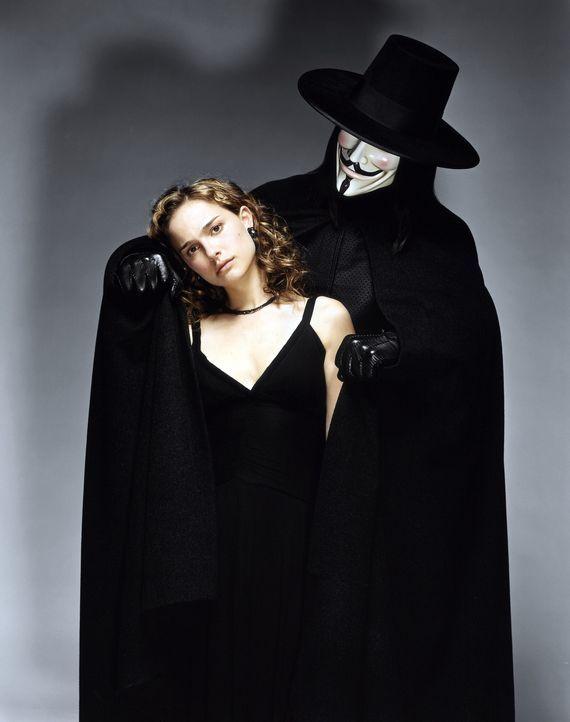 Der große Retter in der Not! Als Evey (Natalie Portman, l.) von Geheimpolizisten zu illegalen Forschungszwecken entführt wird, rettet Vendetta (Hugo... - Bildquelle: Warner Bros. Pictures