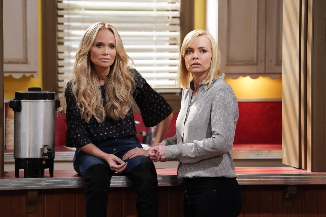 Während Miranda (Kristin Chenoweth, l.) für Jill (Jaime Pressly, r.) eine riesige Stütze ist, bekommen sich Bonnie und der Lifecoach schon bald gehö... - Bildquelle: 2017 Warner Bros.