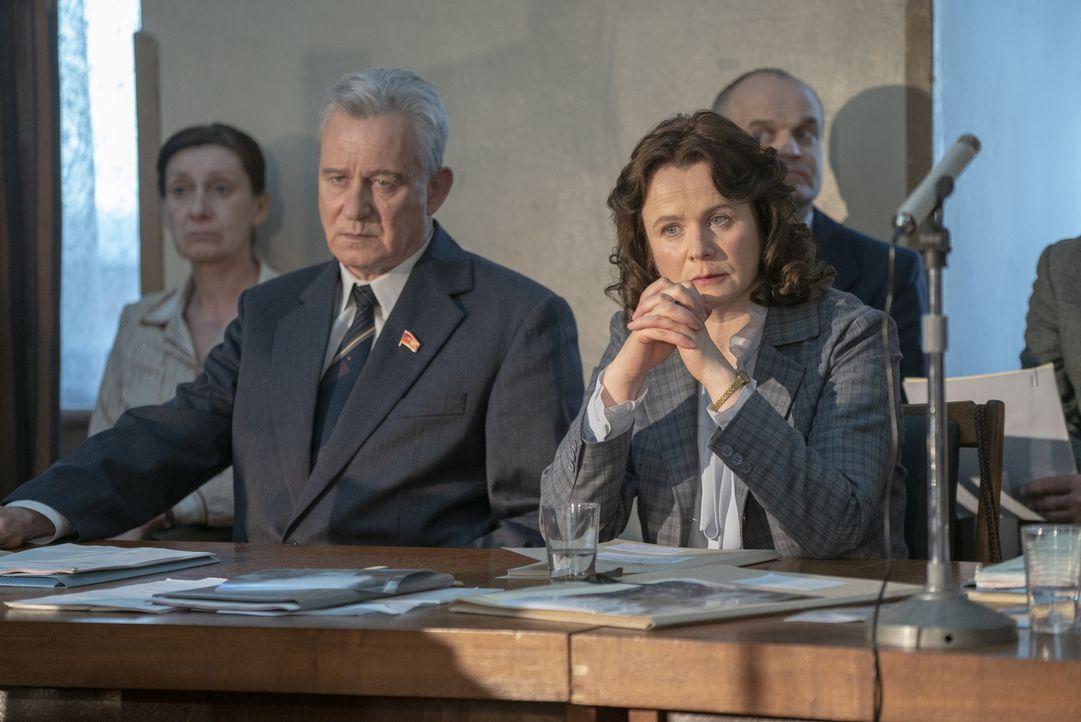 Boris Schtscherbina (Stellan Skarsgård, l.); Ulana Chomjuk (Emily Watson, r.) - Bildquelle: Liam Daniel Sky UK Ltd/HBO / Liam Daniel