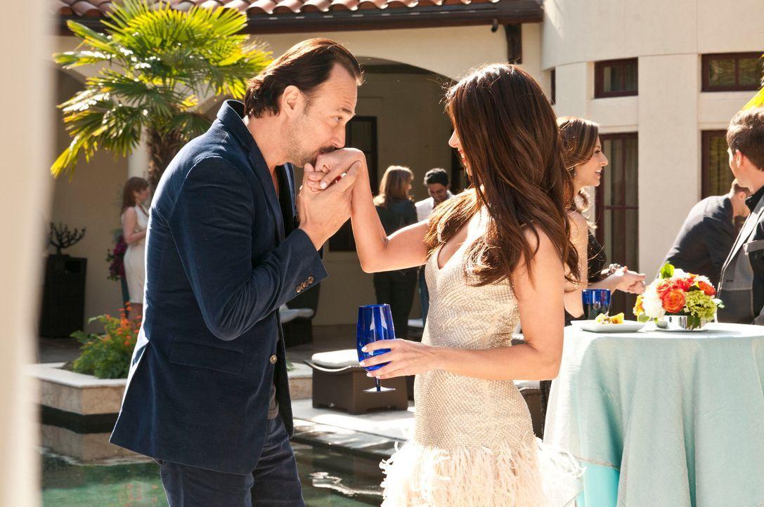 Alejandro erlaubt Carmen (Roselyn Sanchez, r.), bei seiner Party als Gast dabei zu sein, damit sie Benny Soto (Carlos Leal, l.) beeindrucken kann. D... - Bildquelle: ABC Studios