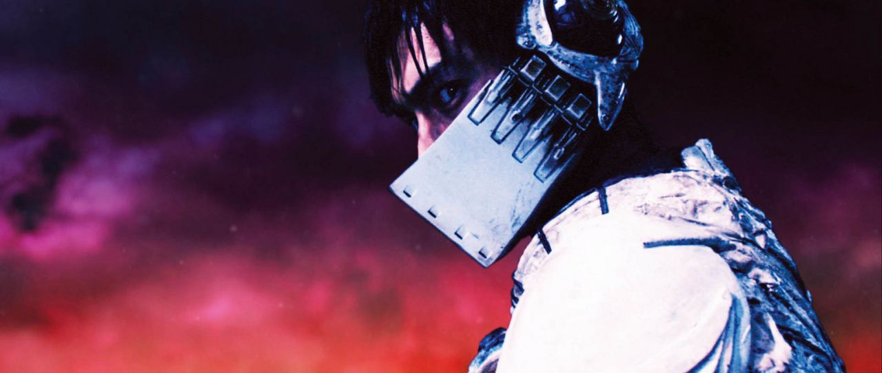 Ganz auf sich gestellt, muss der biomechanisch verstärkte Sohn Dr. Azumas, Casshern (Yusuke Iseya), die Menschheit vor den Mutanten retten. Mit dem... - Bildquelle: 2004 Casshern Film Partners