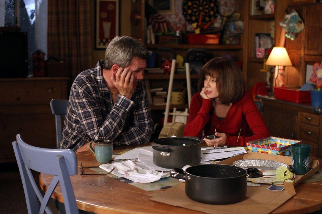 Während sich Mike (Neil Flynn l.) und Frankie (Patricia Heaton) fragen, was sie wegen ihres undichten Hauses unternehmen sollen, mimt Axl den Kranke... - Bildquelle: Warner Brothers