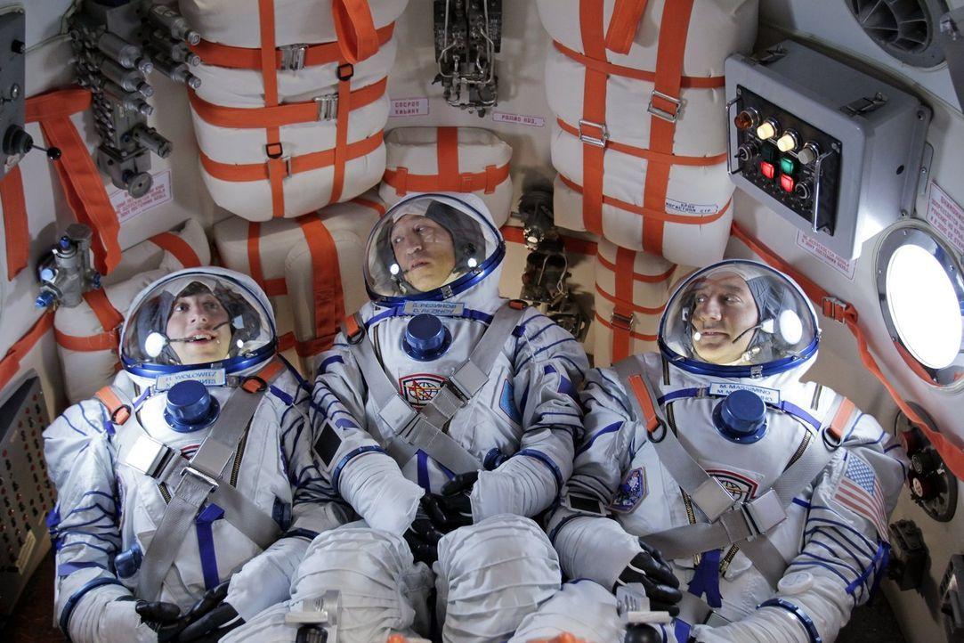 Ein ganz besonderes Abenteuer beginnt: Dimitri (Pasha D. Lychnikoff, M.), Mike Massimino (Mike Massimino, r.) und Howard (Simon Helberg, l.) ... - Bildquelle: Warner Bros. Television