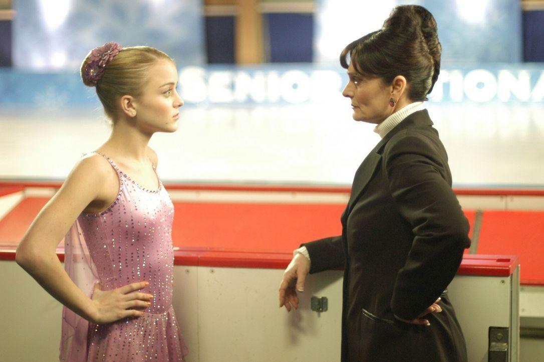 Als die russische Trainerin Natasha Goberman (Christine Rose, r.) Katelin (Jordan Hinson, l.) die einmalige Chance bietet, sie in ihre Trainingsgrup... - Bildquelle: The Disney Channel