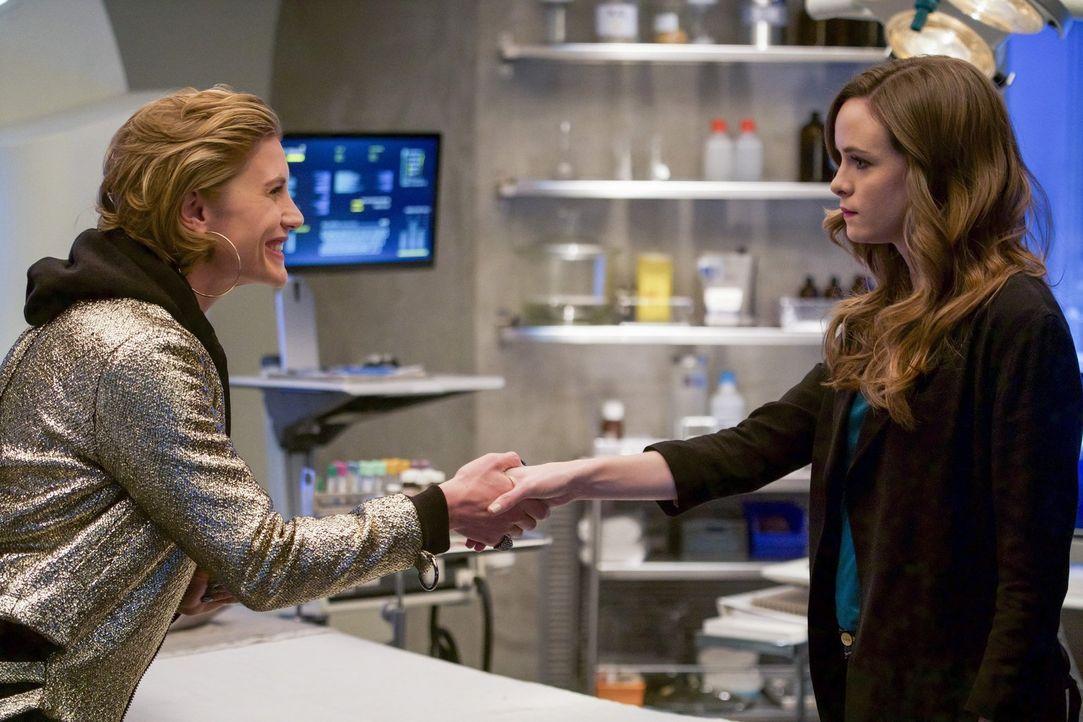 Caitlin (Danielle Panabaker, r.) ist wenig begeistert, als sie ausgerechnet mit Amunet (Katee Sackhoff, l.) zusammenarbeiten muss ... - Bildquelle: 2017 Warner Bros.